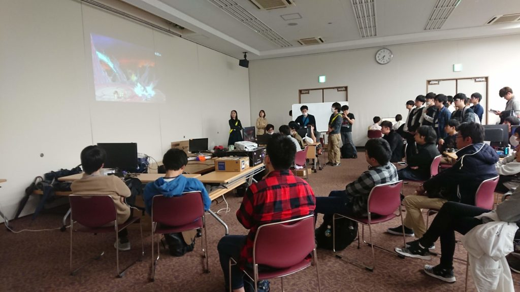 関西スマブラオフライン大会スマバトで、参加者が対戦を観戦している画像