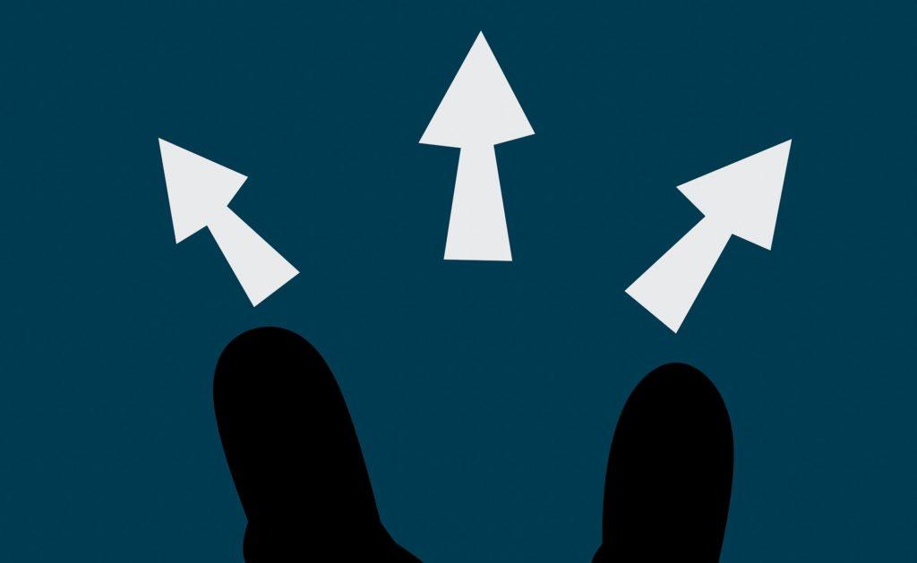 足元に3つの方向に矢印がでている画像