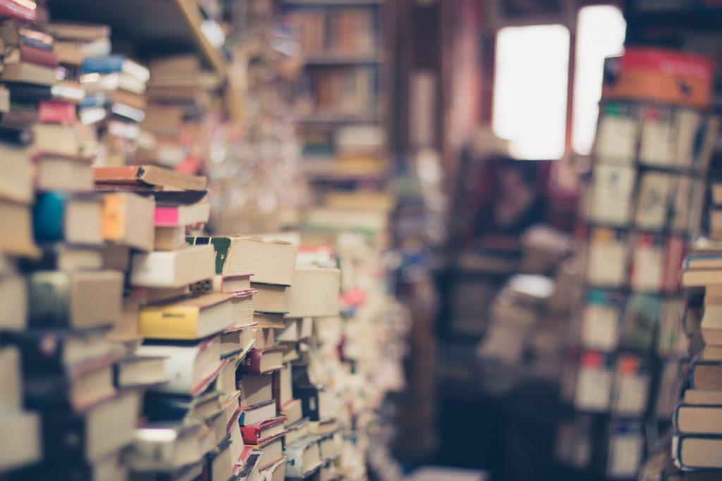 倉庫の中に山積みになっている本の数々