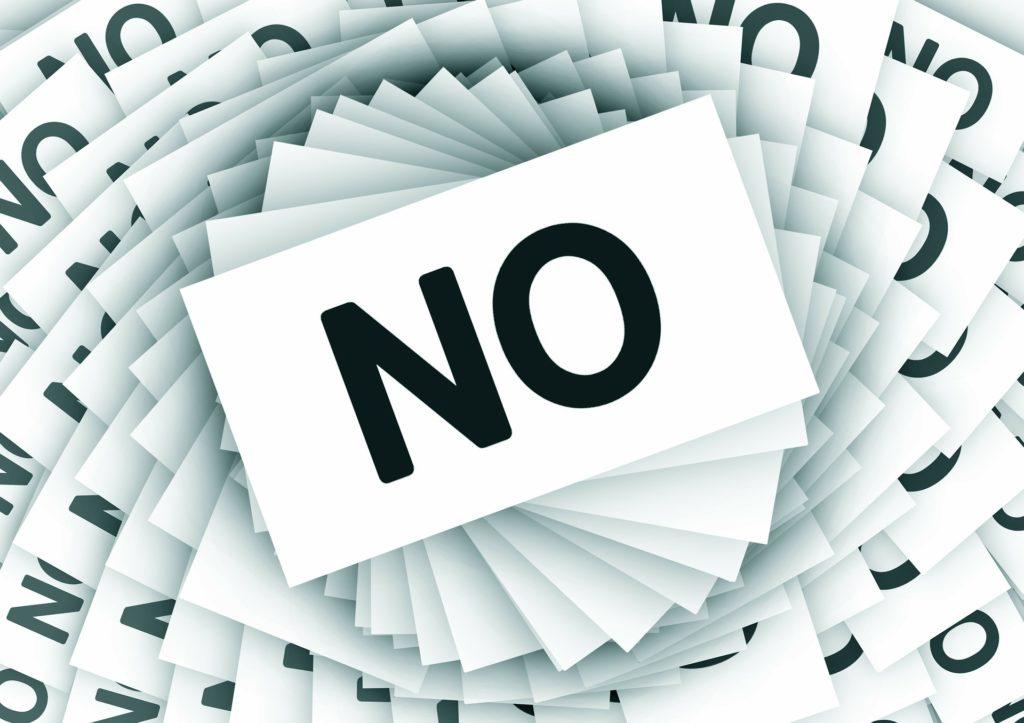 NOと書かれた紙がらせん状に並べられた画像