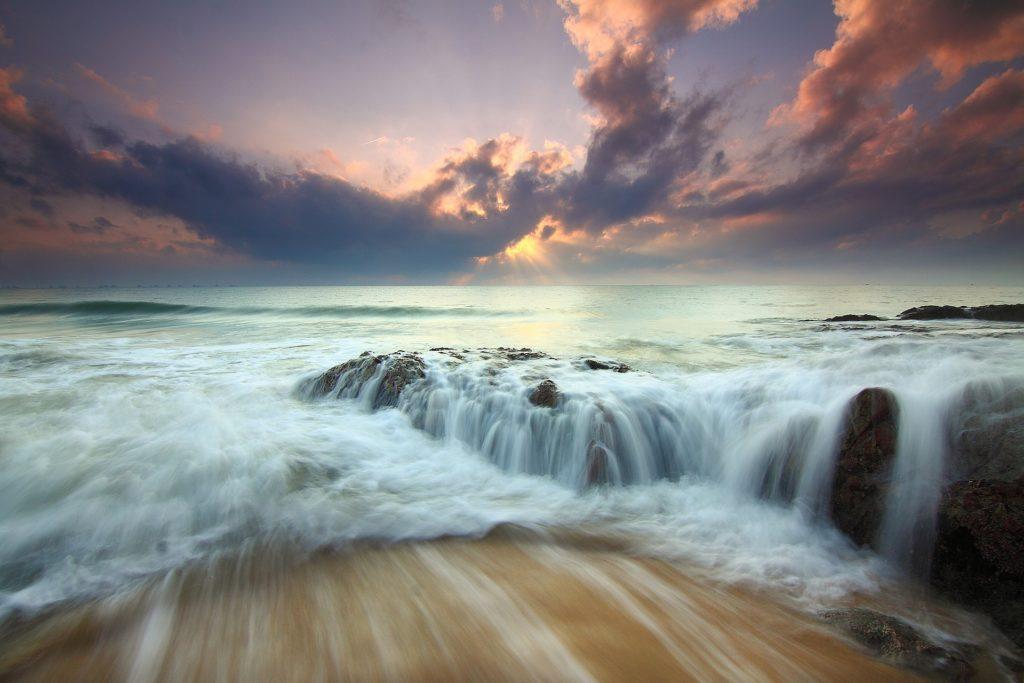 ものすごい勢いで流れている海の画像