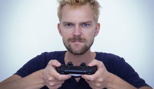 男性がテレビゲームに熱中している画像